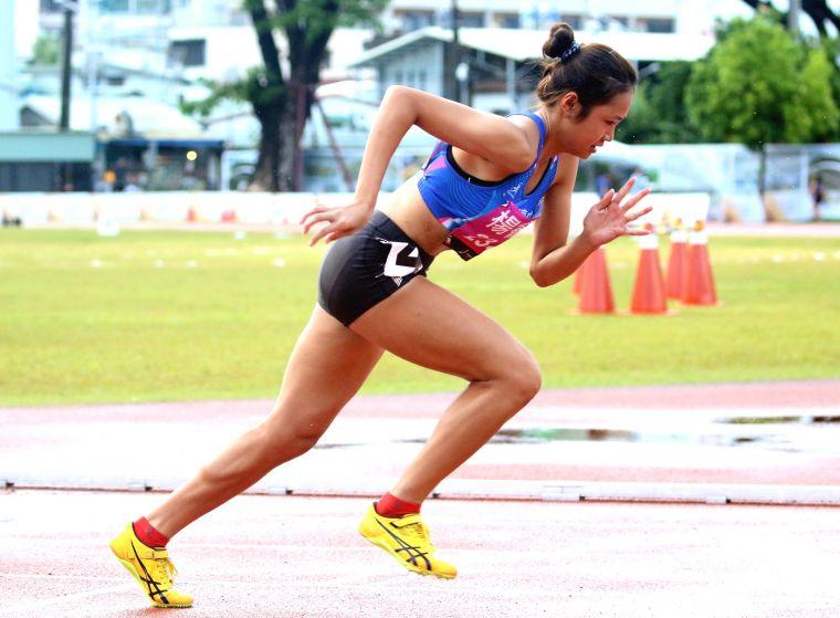麥寮高中楊睿萱以55.62,打破高懸23年的全中錦高女400公尺大會紀錄。資料照片/林嘉欣攝影。