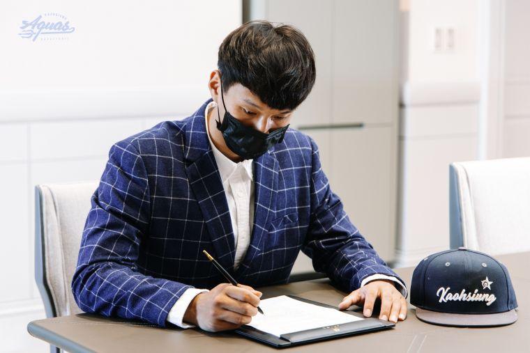 蘇文儒正式簽約。官方提供