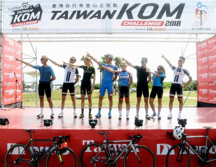 亮點選手手指明天要征服的武嶺方向。中華民國自行車騎士協會/提供。