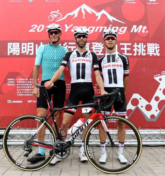 勞倫斯天登(中)和杜志濠(右)。中華民國自行車騎士協會/提供。