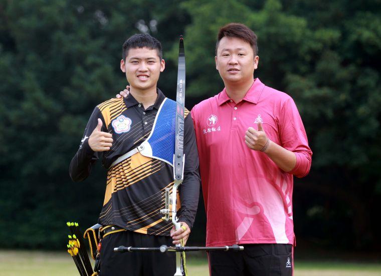 湯智鈞(左)和母隊明德高中教練劉展明。中華企業射箭聯盟/提供。