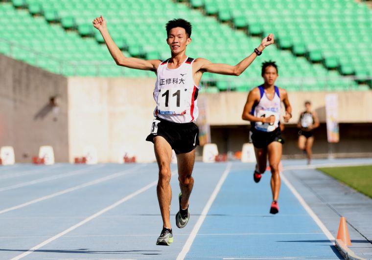 正修科大吳睿恩在109年全大運田徑賽公開男10000公尺決賽奪金,是大運會近48年第一位拿下大男甲組1萬公尺冠軍的非體育校院生。林嘉欣/攝影。