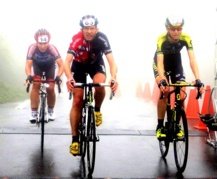 車手在雲嵐中騎行。中華民國自行車騎士協會/提供。