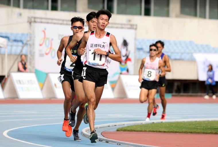 正修科大吳睿恩(前)在109年全大運田徑賽公開男10000公尺決賽奪金。林嘉欣/攝影。