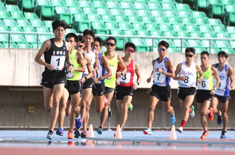 臺灣師大周鴻宇(前)在109年全大運田徑賽公開男10000公尺決賽得銀。林嘉欣/攝影。