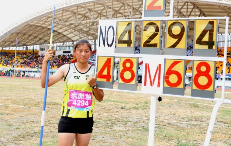 全中運國女標槍決賽,四箴國中余胤璇第二擲就以48.68創最佳,拿下生涯首面全中運金牌。林嘉欣/攝影。