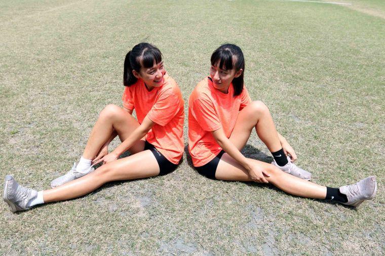 愛穿黑色襪子的黃董念恩(右)和妹妹黃董念芯。林嘉欣/攝影。