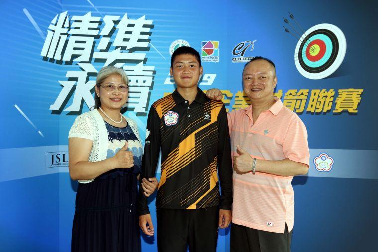 雙親到場替湯智鈞加油。中華企業射箭聯盟/提供。