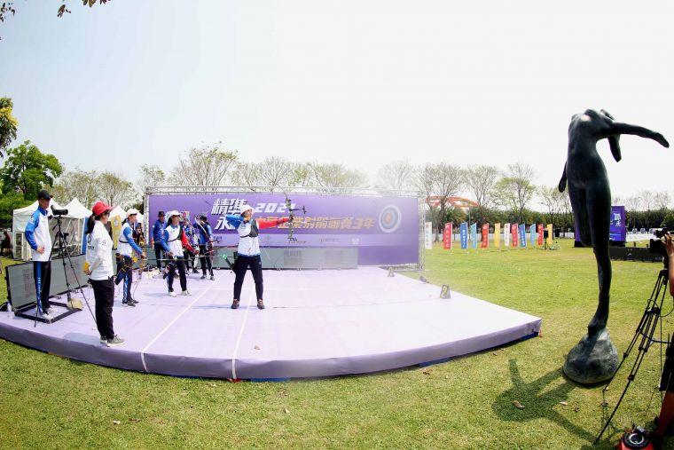企箭三年在奇美博物館奧林匹亞草坪比準,和一旁的雕像相映成趣。中華企業射箭聯盟/提供。