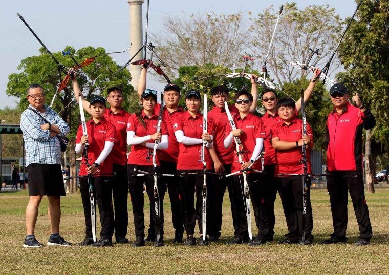 宋守智和新北凱撒隊。中華企業射箭聯賽聯盟/提供。