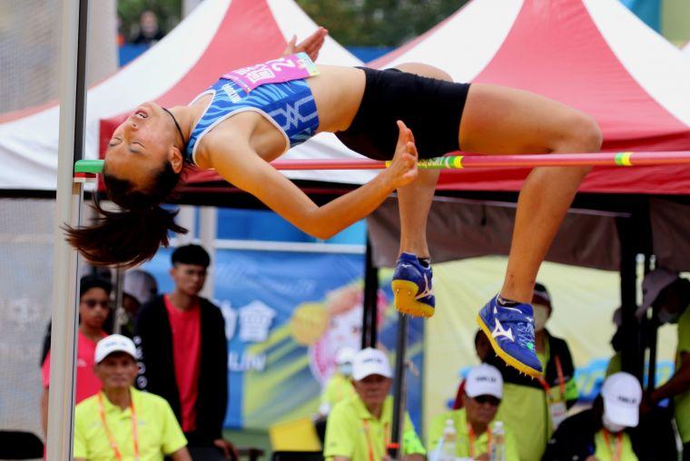 全中運田徑賽高女跳高決賽,馬公高中歐旻珩1.78連莊創最佳。林嘉欣/攝影。