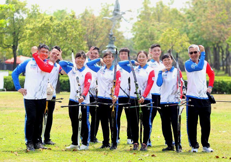 新竹市愛山林隊教練倪大智(前排右一)。中華企業射箭聯盟/提供。