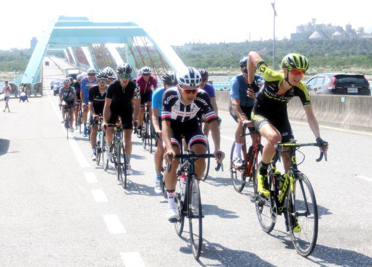 2018臺灣自行車登山王挑戰亮點選手騎經太魯閣大橋。中華民國自行車騎士協會/提供。