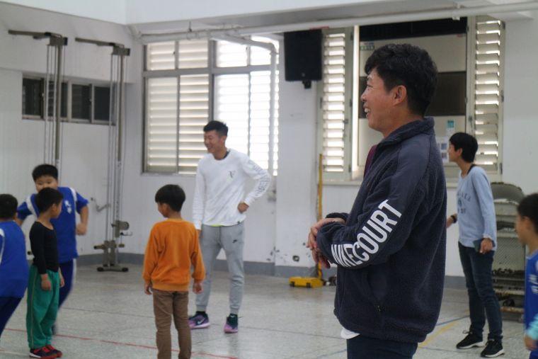 曾俊欣父子為小球員們進行體能訓練。官方提供