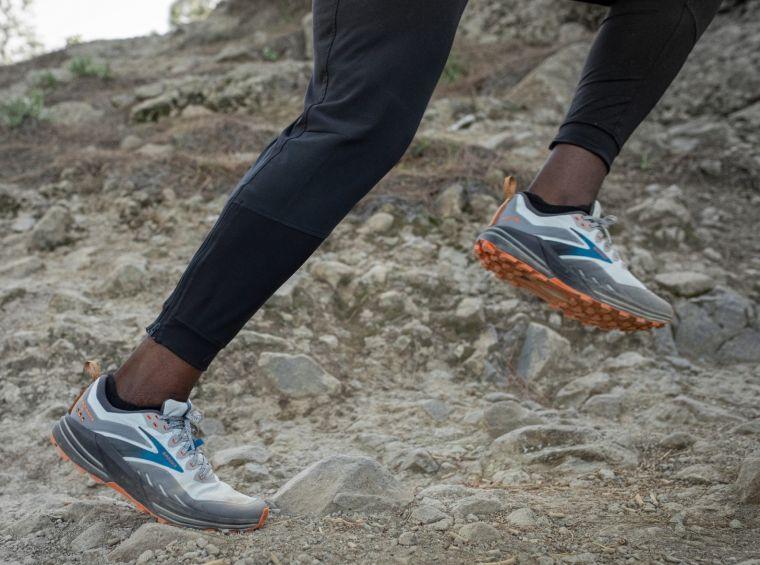 新的中底和大底結構,使鞋子對地面的適應性更高。官方提供