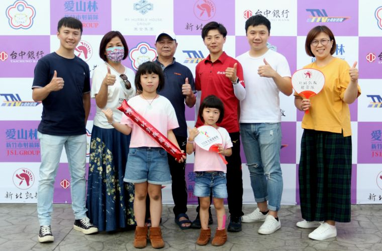 雷千瑩全家到為她加油。中華企業射箭聯賽聯盟/提供。