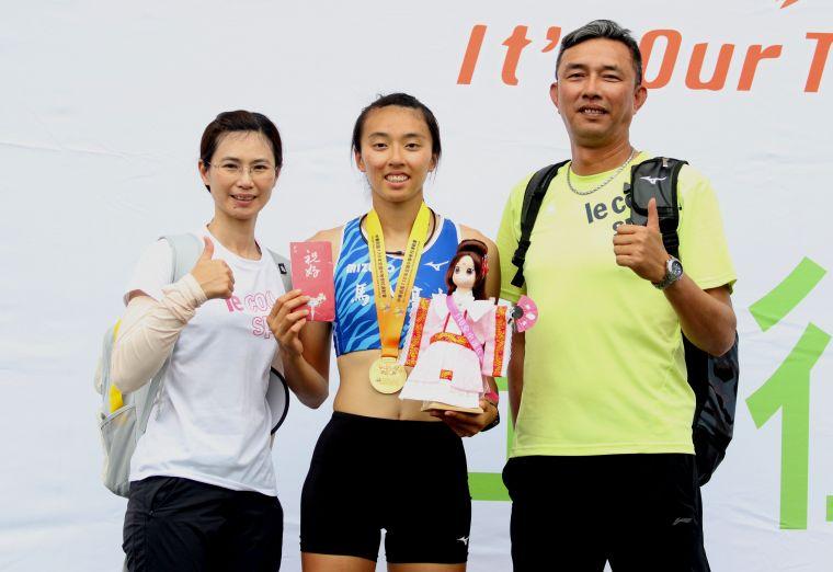 全中運田徑賽高女跳高決賽,馬公高中歐旻珩1.78連莊創最佳後和雙親合影。林嘉欣/攝影。