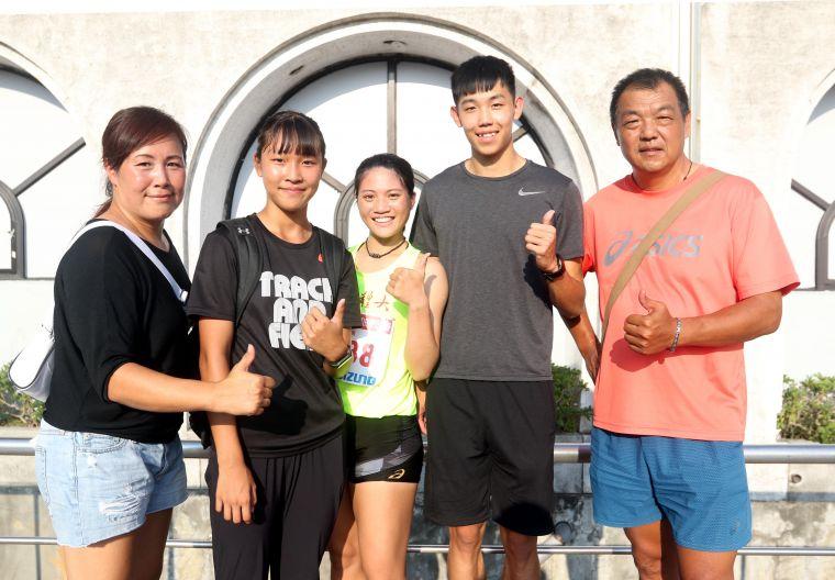 彭煥樹(右)和張奇玉(左)的兒子彭名揚(右二)、女兒彭琳(左二)都練田徑,彭名揚的女友鄭唐秀(中)也是跨欄國手。林嘉欣/攝影。