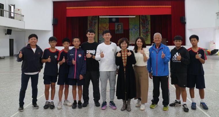 長虹教育基金會李如華執行長,與曾俊欣父子及孫台育校長、鍾安太教練、美崙國中網球隊合影。官方提供