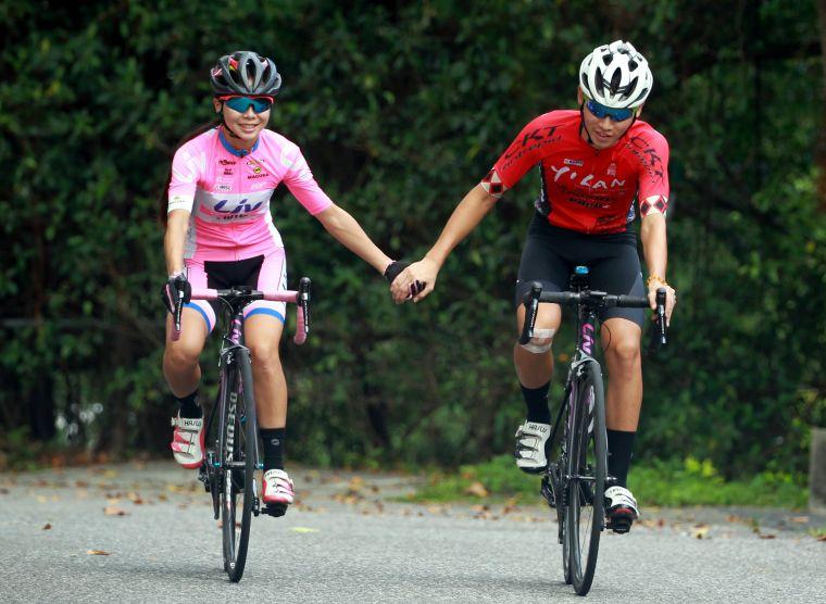 陳姿吟(左)和Liv小將何彥誼。中華民國自行車騎士協會/提供。