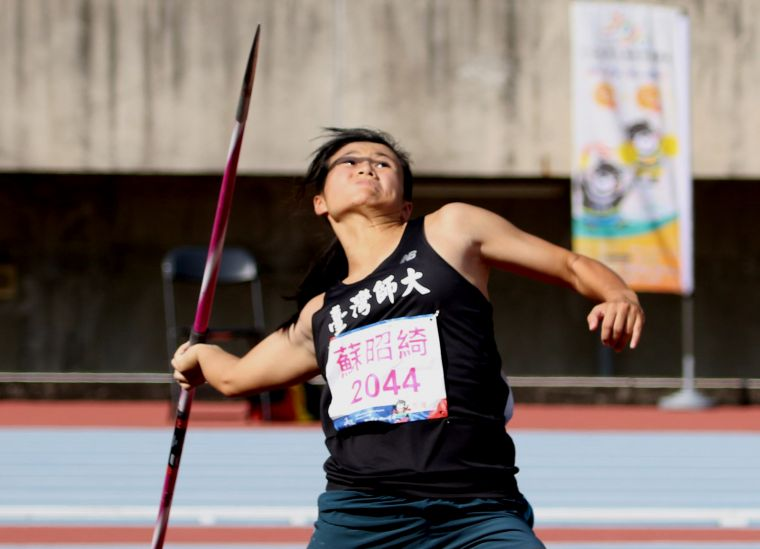 臺灣師範大學蘇昭綺(右)56.10達標亞運和世大運,躍居女子標槍歷年第二傑。資料照片 林嘉欣/攝影。
