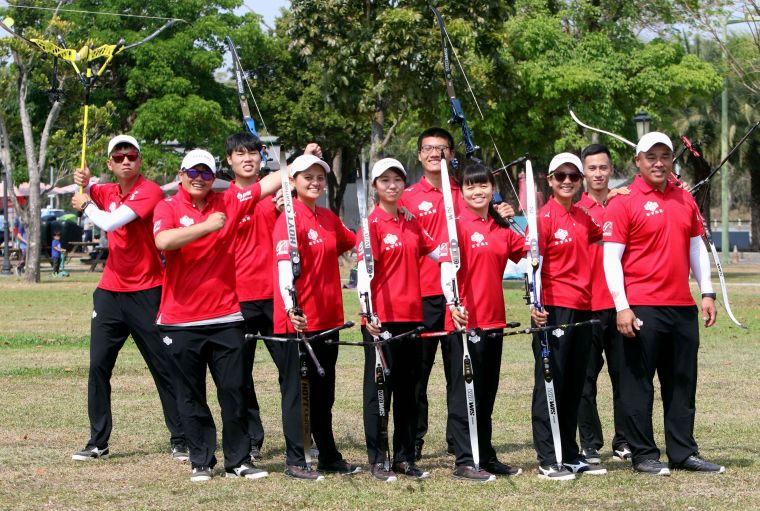 寒舍集團教練袁叔琪(前排左一)說雅典奧運射箭賽的場地最特別。中華企業射箭聯盟/提供。