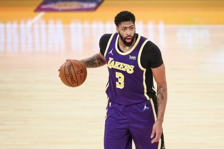 戴維斯復出飆35分8籃板,助湖人逆轉勝。(法新社)