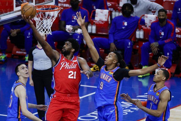 恩比德(上籃者)在籃下輕鬆上籃,雷霆球員只能望球興嘆。(法新社)