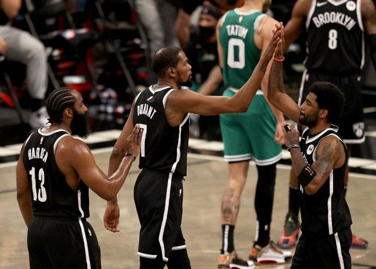 杜蘭特(中)帶領厄文(右)與哈登(左)出擊,籃網逆襲勝綠衫軍。(法新社)