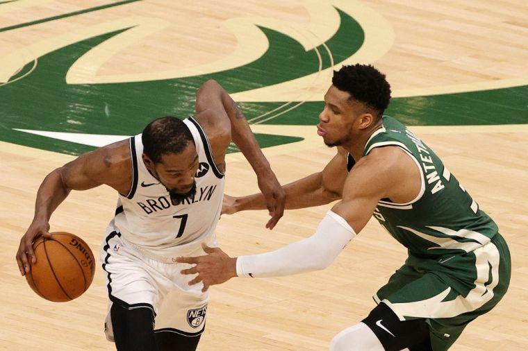 杜蘭特(左)與字母哥(右)進攻時對決,籃網逆襲失手。(法新社)