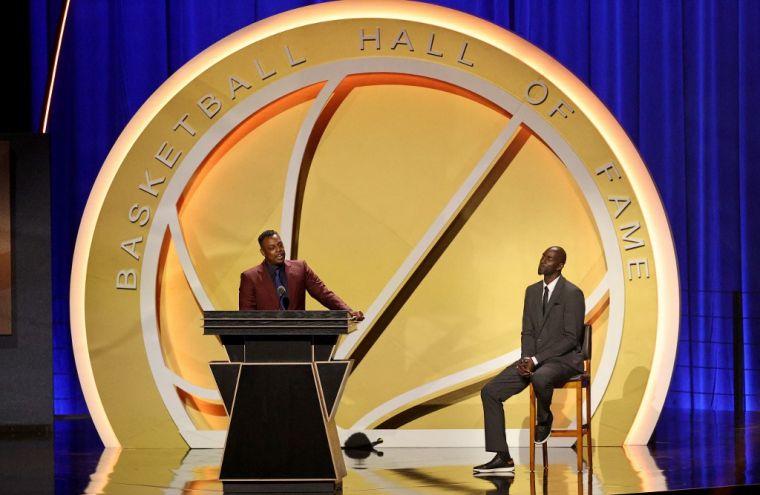 皮爾斯(左)在入選名人堂儀式中致詞,右為他的引廌人賈奈特。(法新社)