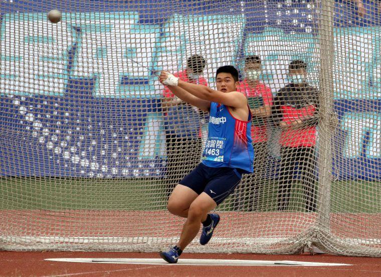 高男鏈球決賽,斗南高中沈智陞63公尺63繼去年之後再度得銀。林嘉欣/攝影。