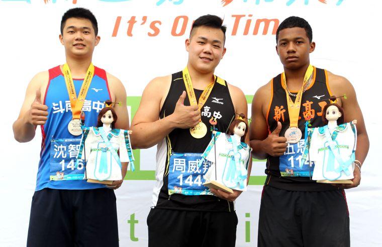 以61.38創最佳奪銅的新北高工伍恩毅(右)是台、奈混血兒。林嘉欣/攝影。