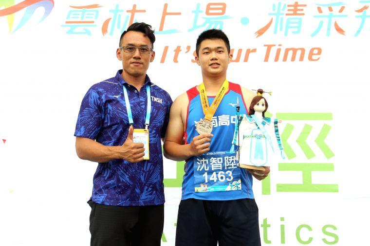 奪銀的斗南高中沈智陞和教練鍾聖哲。林嘉欣/攝影。