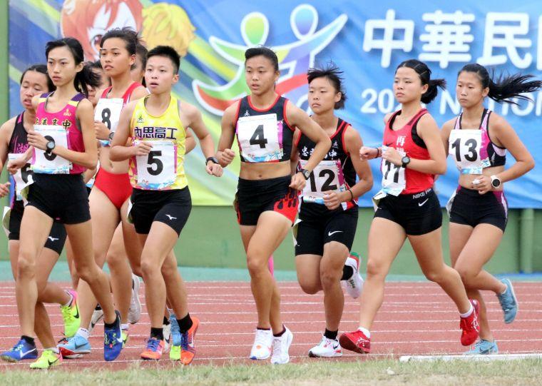 南港高中鍾佳妤(前)以39分32秒97,勇奪110年全中運高女1萬公尺金牌。林嘉欣/攝影。