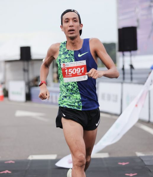 10公里男子組冠軍李奇儒(32分13秒)。大會提供