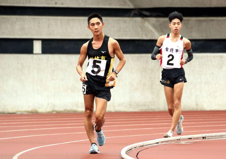 新竹市許嘉維(前)在男子10000公尺競走決賽以43:44.19奪金破大會,躍歷年第二傑。林嘉欣/攝影。