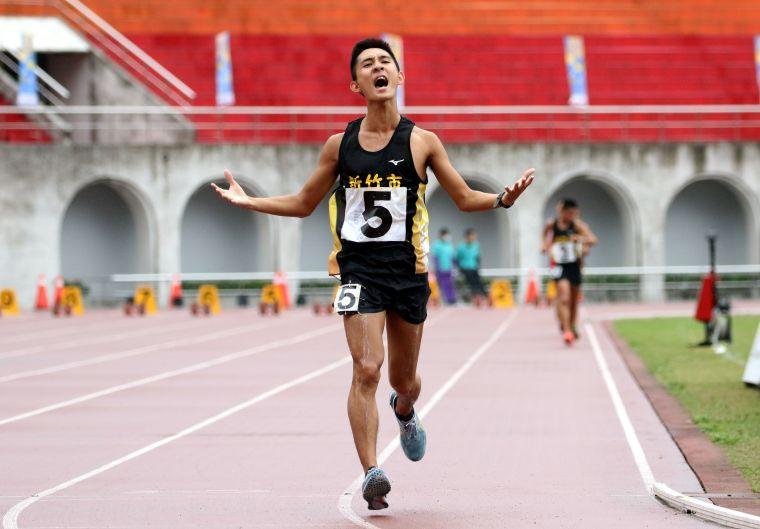 新竹市許嘉維在男子10000公尺競走決賽以43:44.19奪金破大會,躍歷年第二傑。林嘉欣/攝影。