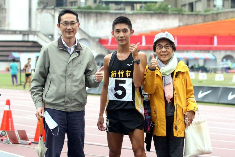 新竹市許嘉維躍歷年第二傑, 雙親也以他為榮。林嘉欣/攝影。
