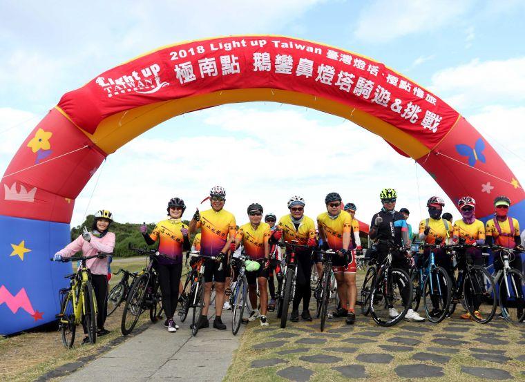 恆春落山風鐵騎隊相揪參加2018 Light up Taiwan極點慢旅鵝鑾鼻站。中華民國自行車騎士協會/提供。