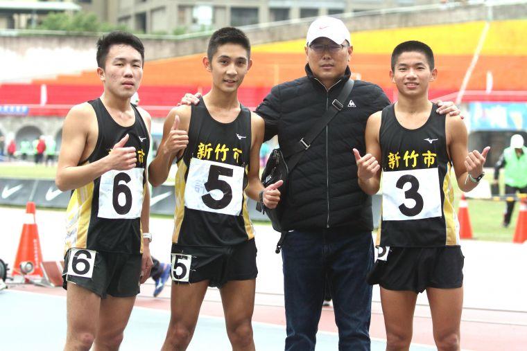 新竹市許嘉維(左二)在男子10000公尺競走決賽以43:44.19奪金破大會,躍歷年第二傑。林嘉欣/攝影。
