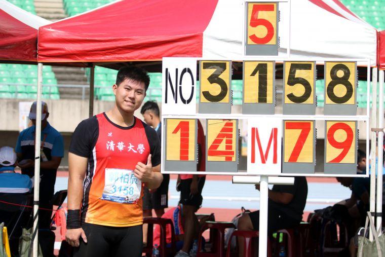 一般男生鉛球決賽,清華大學郭柏辰以14.79破大會。林嘉欣/攝影。