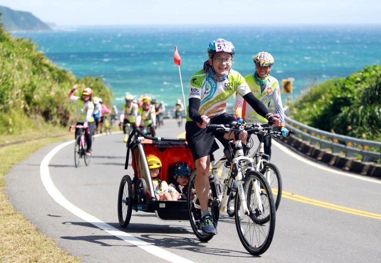 趙文霖用自行車拖車帶著兒子星睿和星崴在極點慢旅活動完成大滿貫。中華民國自行車騎士協會/提供。