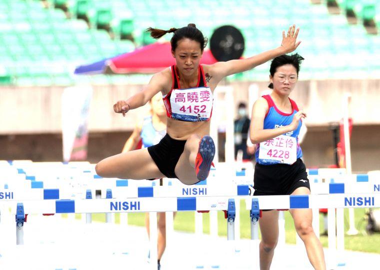 一般女子組100公尺跨欄決賽,中華醫大高曉雯以15.92寫五連霸。林嘉欣/攝影。