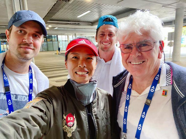 謝淑薇和男友及澳洲教練團合照。摘自謝淑薇臉書