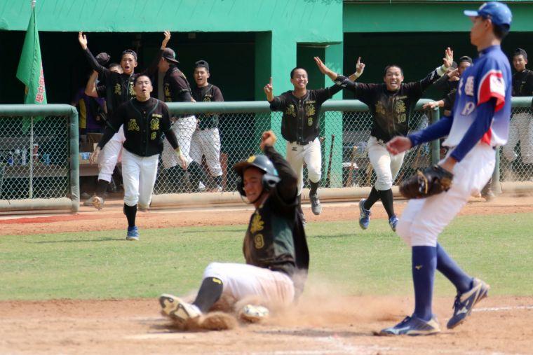 成德高中延長賽12局擊敗大理高中。學生棒聯提供