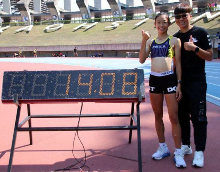 彰縣信義國中小賴尹甯飆出個人最佳的14.08,將高懸七年的國女100公尺跨欄大會紀錄送入歷史。信義國中小/提供。