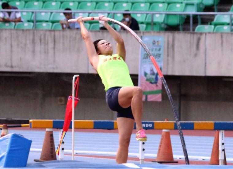 國立體大沈怡如在全大運公開女子撐竿跳高決賽,以4公尺06破大會寫三連霸。林嘉欣/攝影。