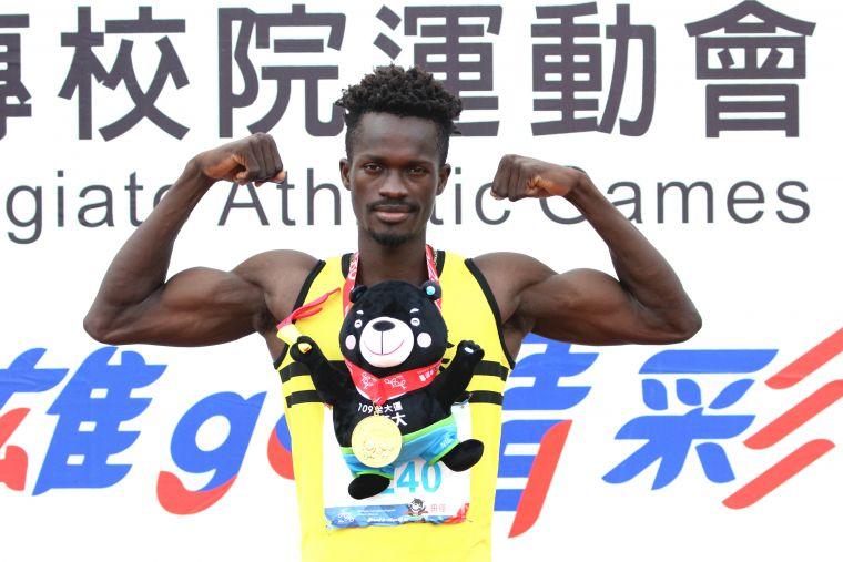來自布吉納法索的成功大學巴洛兩破一般男400公尺大會紀錄,金牌到手樂開懷。林嘉欣/攝影。