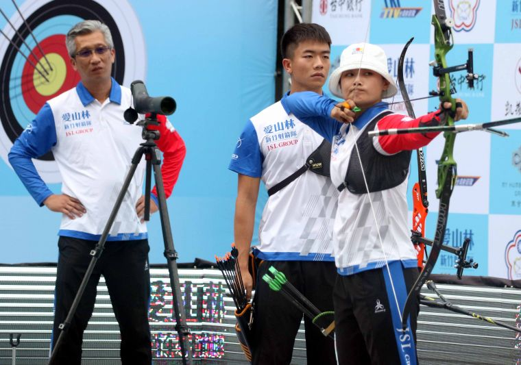 新竹愛山林隊林詩嘉(前)和鄧宇成。中華企業射箭聯盟/提供。